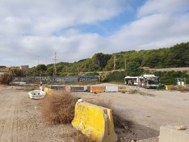 Two vehicles parked illegally on the Platja de Les Coves are removed, recovering the protected area.